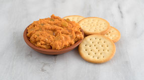 Spicy chicken salad in bowl with butter crackers Stock Photography