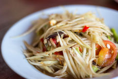 Spicy green papaya salad. And roast chicken. Traditional Lao dish known in Thailand as Som Tam Stock Photo