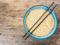 Spicy instant noodles in bowl with chopsticks Stock Photography