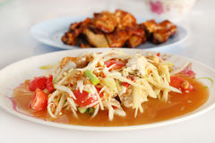 Spicy papaya salad and roasting chicken Royalty Free Stock Photos