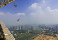 Spider-Man das Dach kletternd und vom Dach gesprungen Stockfoto