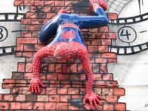 Spider-Man die op muur, 3D uit komend videoklem beklimmen stock afbeeldingen