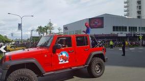 Spiderman in einer Spaßparade für Kinder und Erwachsene bei Broadbeach, Queensland lizenzfreies stockbild