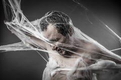 Spiderweb.man embrouillé en toile d'araignée blanche énorme Photos stock