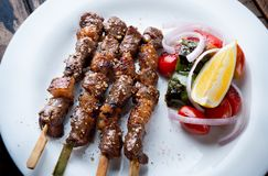 Spießen Sie gegrilltes Rindfleisch Whitgewürz in der moslemischen Art auf stockbild