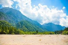 Spieczony dno Jeziorny Predil z turkus górami i wodą w tle blisko Tarvisio w Europejskich Alps, Włochy obraz royalty free