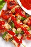 Spiedi arrostiti della verdura e del pollo con ketchup Fotografia Stock Libera da Diritti
