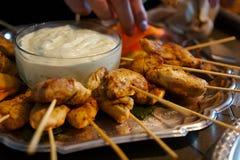 Spiedi cotti del pollo con la salsa di immersione Immagini Stock