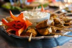 Spiedi cotti del pollo con la salsa di immersione fotografia stock libera da diritti