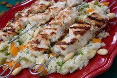Spiedi cotti del pollo su riso Fotografie Stock