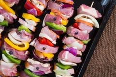 Spiedi crudi della carne di maiale per grigliare Immagini Stock Libere da Diritti
