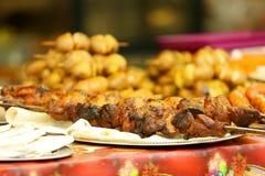 Spiedi del barbecue con carne succosa Fotografie Stock