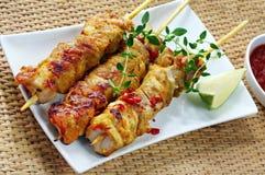 Spiedi del pollo con il peperoncino rosso e la calce fotografia stock
