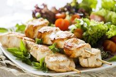 Spiedi del pollo con insalata Fotografie Stock