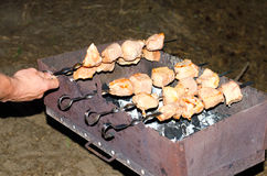 Spiedi dell'alimento di carne di maiale nella griglia di torrefazione Fotografie Stock
