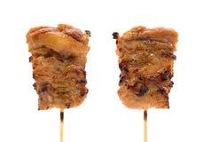 Spiedi della carne di maiale o grigliato su fondo isolato con il percorso di ritaglio immagine stock