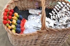 Spiedi della frutta fresca con l'anguria e la noce di cocco della prugna della fragola Immagine Stock Libera da Diritti