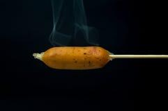 Spiedi della salsiccia su fondo nero immagine stock