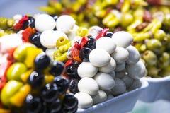 Spiedi delle verdure dei frutti di mare e del formaggio sul mercato di San Miguel Fotografia Stock