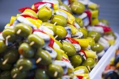 Spiedi delle verdure dei frutti di mare e del formaggio sul mercato di San Miguel Immagini Stock Libere da Diritti