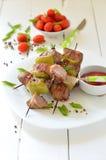 Spiedi di kebab del manzo su un piatto Immagini Stock