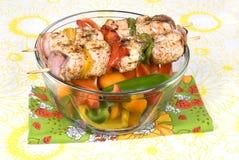 Spiedi di kebab del pollo con i peperoni dolci Fotografie Stock Libere da Diritti