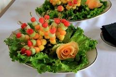 Spiedi stagionali freschi della frutta sul letto di lattuga Fotografia Stock
