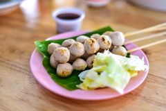 Spiedi stile tailandese della palla della carne di maiale Immagine Stock