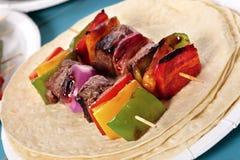 Spiedo del BBQ con manzo e le verdure sulla tortiglia Fotografie Stock Libere da Diritti