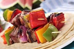 Spiedo del BBQ con manzo e le verdure sulla tortiglia Fotografia Stock Libera da Diritti