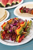 Spiedo del BBQ di estate sulla tavola di picnic Immagine Stock