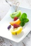 Spiedo della frutta su un vassoio bianco Fotografia Stock Libera da Diritti