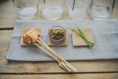 Spiedo di color salmone con aneto e pepe fotografie stock