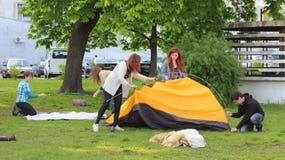 Spiegamento della tenda fotografie stock libere da diritti