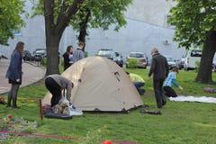 Spiegamento della tenda fotografie stock