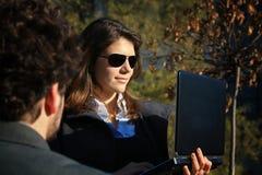 Spiegazione della donna di affari fotografia stock libera da diritti