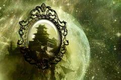 Spiegel als Heimelijk aan Een andere Dimensionale Wereld van een Kasteel in een Uniek Abstract Melkwegkunstwerk royalty-vrije stock afbeelding