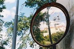 Spiegel auf der Straße lizenzfreies stockfoto