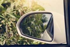 Spiegel dazu des Autos mit Natur Stockfoto