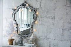 Spiegel in einem alten Rahmen und in einem Baum der weißen Weihnacht Lizenzfreie Stockfotos