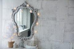 Spiegel in einem alten Rahmen und in einem Baum der weißen Weihnacht Stockfotos