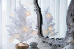 Spiegel in einem alten Rahmen und in einem Baum der weißen Weihnacht Stockbild