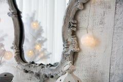 Spiegel in einem alten Rahmen und in einem Baum der weißen Weihnacht Lizenzfreies Stockbild