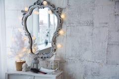Spiegel in einem alten Rahmen und in einem Baum der weißen Weihnacht Lizenzfreies Stockfoto