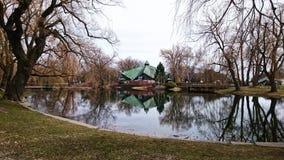 spiegel en huis op het meer stock afbeeldingen