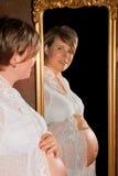 Spiegel en zwangerschap stock foto