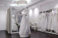 Spiegel, ledenpop en kleedkamer in bruids winkel Royalty-vrije Stock Fotografie