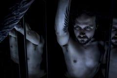 Spiegel, männliches Modell, Übel, Vorhang, gefallener Engel des Todes Stockfotografie