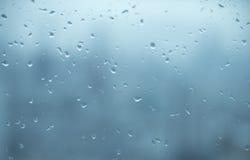 Spiegel met de achtergrond van regendalingen Stock Afbeelding