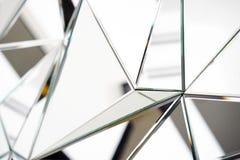 Spiegel mit Kristallen in der Wand, in der Dekoration und in der Reflexion lizenzfreies stockfoto